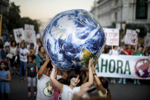 Niños con un globo terráqueo en una manifestación celebrada en Madrid.