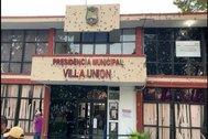Impactos de bala en la fachada del Ayuntamiento de Villa Unión, en Coahuila, en México.