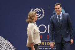 Pedro Sánchez, durante su visita ayer a las instalaciones de la COP25, acompañado de la ministra para la Transición Ecológica en funciones, Teresa Ribera
