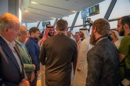 El Rey Juan Carlos, junto a varios 'vips' que saludan al príncipe heredero Salman de Arabia Saudí.