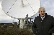 El primer ministro británico, Boris Johnson, junto a un satélite durante su visita a la localidad de Helston.
