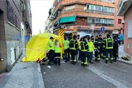 Bomberos, sanitarios y policías, a las puertas de la vivienda incendiada.