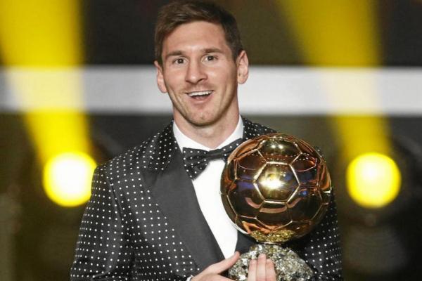 Messi sostiene el balón de Oro
