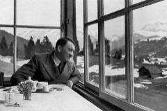 Adolf Hitler toma un café en un restaurante de Baviera en 1936.