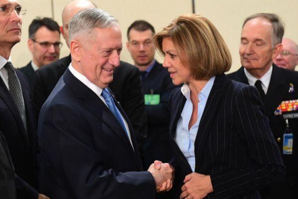 María Dolores de Cospedal saluda al secretario de Defensa de EEUU,...