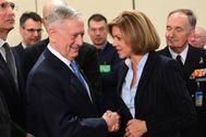 María Dolores de Cospedal saluda al secretario de Defensa de EEUU, James Mattis.