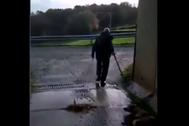 Imagen del vídeo investigado, en el que un hombre arrastra a una perra tras disparar al animal.
