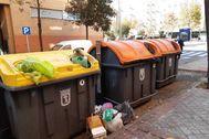 El contenedor naranja, situado junto al amarillo, donde el hombre murió de un infarto en la calle Raya de Valdebernardo.