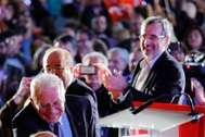 A  la dcha., Manuel Cruz, en el acto de cierre de campaña de las elecciones generales, junto a Josep Borrell (izqda.), en Barcelona.