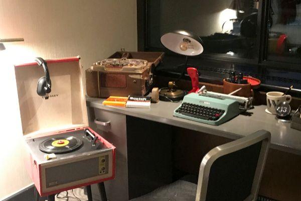 La habitación del hotel, con la mesa de sistemas de escucha y grabación del caso Watergate.