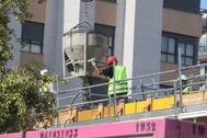 Un operario de la construcción trabaja en una obra en la ciudad de Castellón.