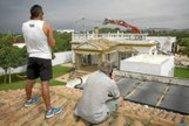 Dos vecinos observan la demolición, en septiembre de 2014, de una vivienda ilegal en la playa de El Palmar en Cádiz.