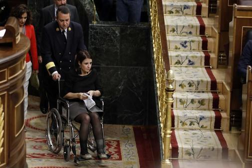 Adriana Lastra regresa al Hemiciclo en silla de ruedas tras sufrir un...