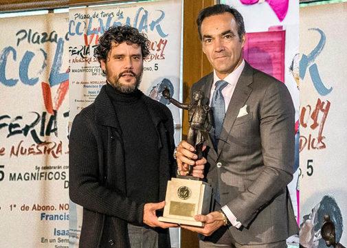 Miguel Abellán entrega el trofeo 'Yiyo' a 'El Cid'.