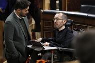 Gabril Rufián conversa con Pablo Echenique.