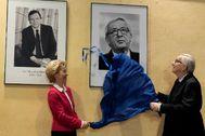 Jean-Claude Juncker destapa su retrato en Bruselas.