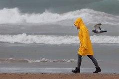 Una persona pasea por la playa de la Malvarrosa