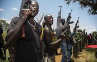 Rebeldes sursudaneses toman parte en un ejercicio militar en Panyume.