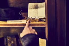 Amenábar señala las gafas de Unamuno.
