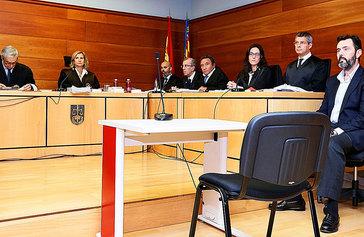 De izquierda a derecha, el letrado de la Administración de Justicia, Manuel Cerdán, la magistrada, Francisca Bru, el fiscal José Llor (con gafas), el letrado de la acusación particular, Francisco Ruiz-Marco, el letrado de la defensa Javier Sánchez-Vera y el acusado, Miguel López.