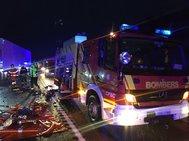Los bomberos trabajan, este miércoles, en el accidente con atrapados en Cabanes.