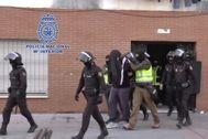 Agentes policiales detienen a una persona por vínculos con el Estado Islámico en una operación anterior realizada en Ceuta.