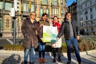 La parlamentaria Jasone Agirre con otros miembros de EH Bildu con el cartel de la convocatoria.