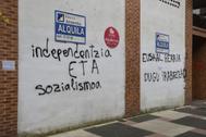 Pintadas de apoyo a ETA en una calle de Vitoria.