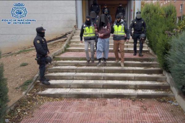Agentes de la Policía Nacional arrestan a un sospechoso en...