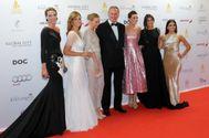 Bertín, rodeado de sus mujer, Fabiola (de blanco) y sus hijas Alejandra (de negro), Claudia (de color plateado), Eugenia (de rosa) y Ana Cristina (hija de Sandra Domecq, de negro) en una gala junto a Eva Longoria.