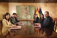 Mesa de negociación entre socialistas e independentistas.