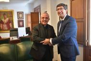 El vicepresidente de la Junta, Juan Marín, este miércoles en Córdoba con el deán de la Catedral, Manuel Pérez Moya.