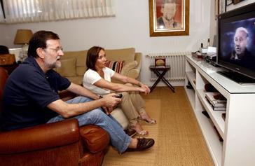 Mariano Rajoy ve con su mujer Elvira Fernández, un partido del Mundial de 2010.