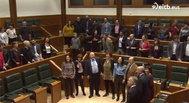 Los parlamentarios cantando al ritmo de Itoiz.