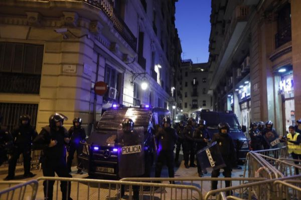 Agentes de la Policía, protegiendo la jefatura de Barcelona, durante...