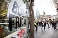 Descuentos del Black Friday en un comercio en Madrid