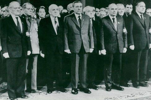 En primera fila, de civil, Tíjonov, Grishin, Gromiko, Románov. Gorbachov y Aliyev.