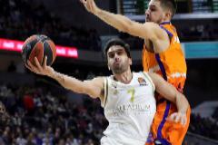 GRAF3986. <HIT>MADRID</HIT>.- El alero del <HIT>Valencia</HIT> Basket Alberto Abalde (d) defiende al base argentino del <HIT>Real</HIT> <HIT>Madrid</HIT> Facundo Campazzo, en el partido de la Euroliga que se disputa este jueves en el Wizink Center.