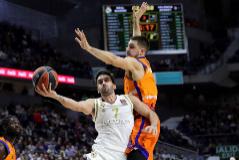 GRAF3986. MADRID.- El alero del Valencia Basket Alberto Abalde (d) defiende al base argentino del Real Madrid Facundo <HIT>Campazzo</HIT>, en el partido de la Euroliga que se disputa este jueves en el Wizink Center.
