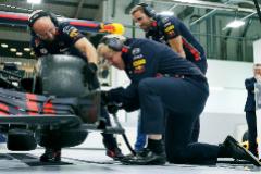 Boris Johnson cambia la rueda de un Fórmula Uno en el circuito Red Bull de Milton Keynes.
