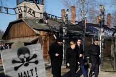 """Merkel afirma que la memoria de los crímenes nazis es """"inseparable"""" de la identidad alemana"""