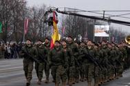 Soldados del contingente español desplegado en Letonia, desfilan en Riga el pasado día 18.