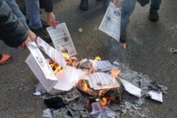 Independentistas queman ejemplares de la Constitución en Barcelona y boicotean un acto de Societat Civil  en Gerona
