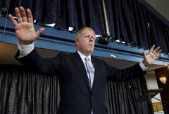 El primer ministro, Boris Johnson, en la fábrica Red Bull de Formula 1 en Milton Keynes.