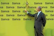 Rodrigo Rato, entonces presidente de Bankia, toca la campana que marcó la salida a Bolsa de la entidad en 2012