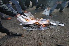 Queman ejemplares de la Constitución y boicotean un acto de Societat Civil
