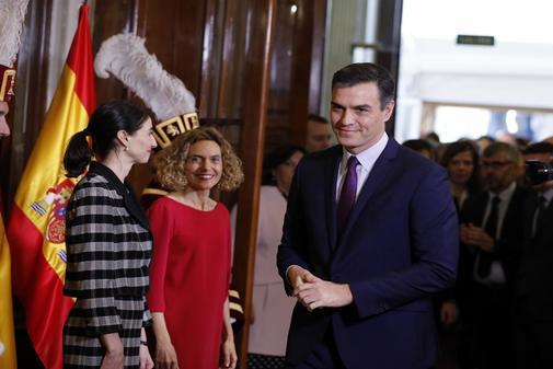 Pedro Sánchez, tras saludar a las presidentas del Congreso y del...