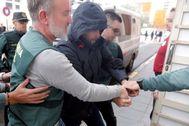 Jorge Ignacio, Nacho, conducido por la Guardia Civil al juzgado de guardia de Alzira.