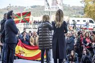 Fernando Savater tapado por Arcadi Espada y Cayetana Álvarez de Toledo escuchan a Rosa Díez durante el acto de Libres e Iguales ayer en Bilbao.