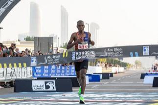 Kipyego entra en la meta en Abu Dabi.